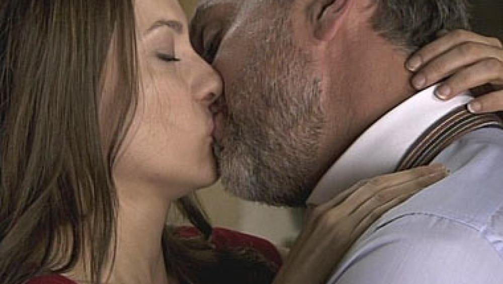 El beso apasionado de Mateo y Adriana