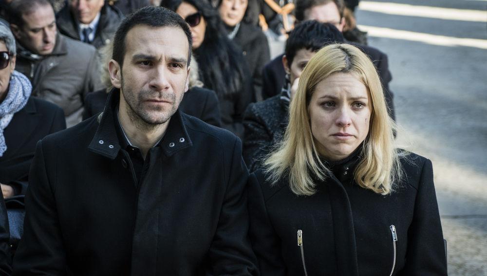 Macarena y Román acuden al entierro de su madre, Encarna
