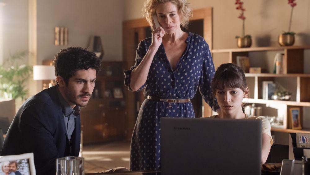Carlos y Ester encuentran nuevas pruebas de las irregularidades de la embajada