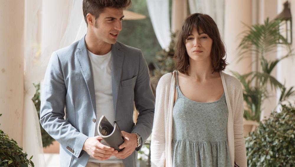 Ester y Roberto comienzan a trabajar juntos pese a la negativa de sus familias