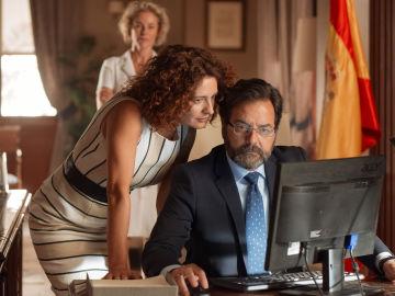 Luis cuenta con Verónica para continuar su investigación