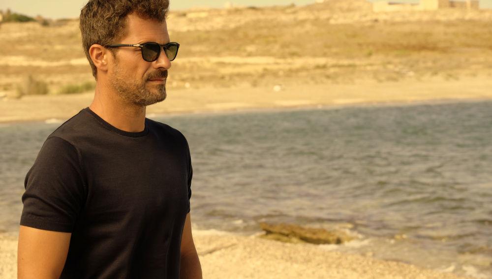 Héctor (Rodolfo Sancho) se somete al polígrafo en 'Mar de plástico'