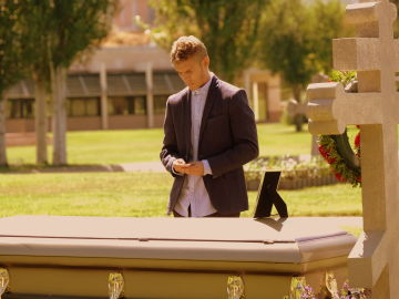 ¿De quién se despide Fernando en el cementerio?
