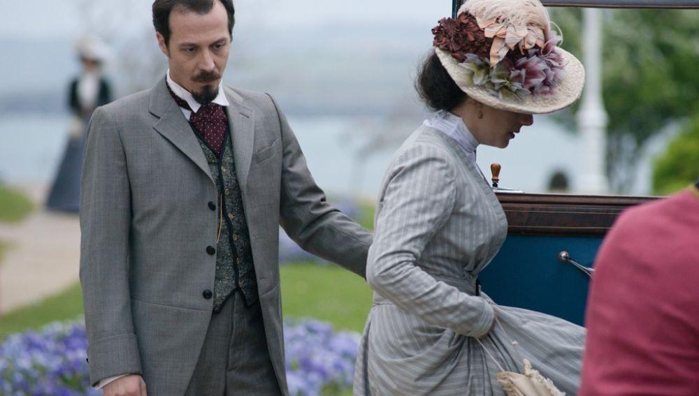Alfredo acompañando a Sofía a abandonar el Gran Hotel