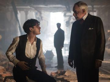 Julio y el inspector Ayala después del accidente en el Gran Hotel