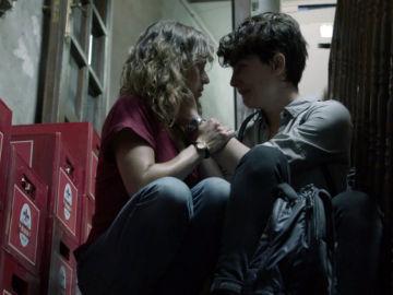 Ana y Tania conversan en la trastienda