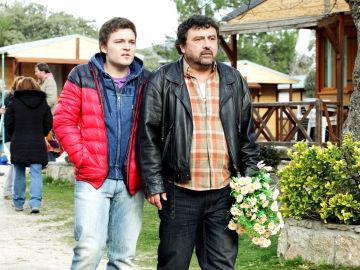 Tino y Javi investigarán a Mario, el nuevo novio de Lola
