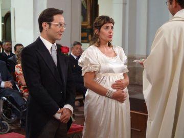 ¿Se enterarán de que es el hermano gemelo de Povedilla el que está en el altar?