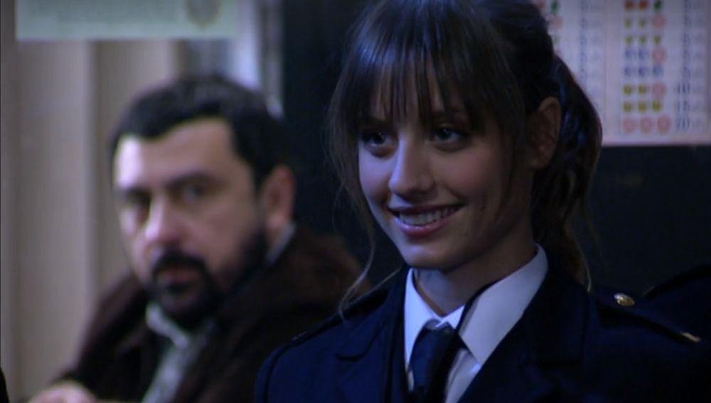 Sara vuelve de la academia de Policía