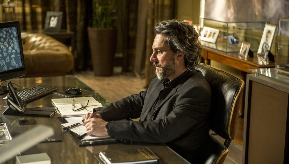 José Alfredo en su etapa adulta, en la serie 'Imperio'